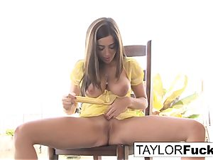 Naturally stacked Taylor plays with her snatch