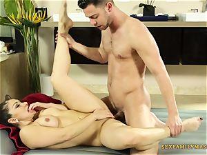milf masseur Lea Lexis Gets pummeled