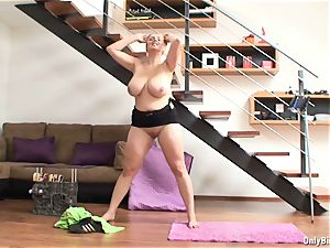 Lucy Rose displays Keep Fit Routine