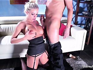 Britney gets a deep shaft and flow on her booty